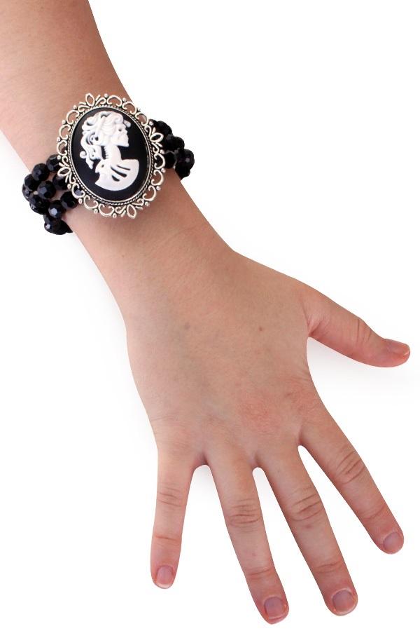 Armband zwart met kralen en camee 1