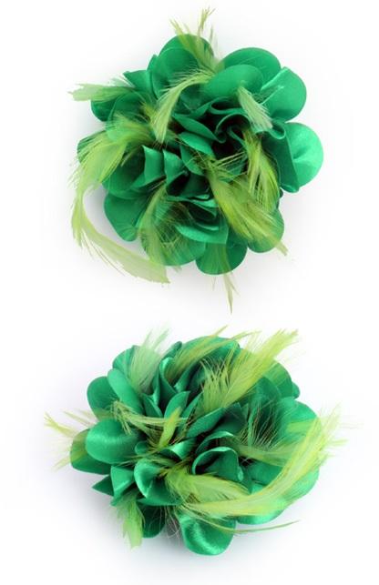 Bloem met veertjes op speld groen 1