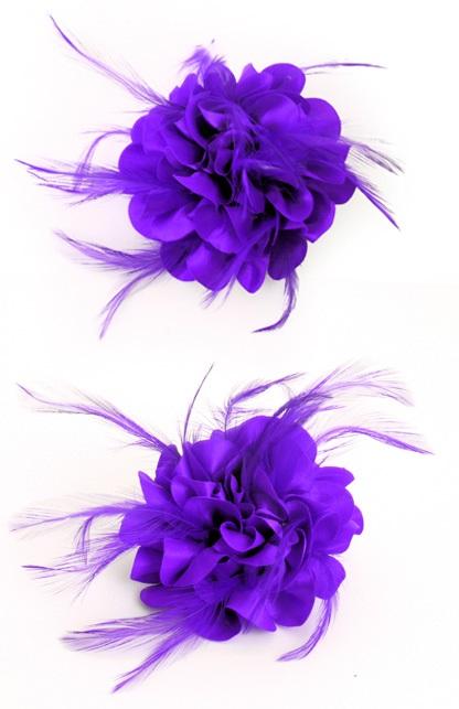 Bloem met veertjes op speld paars 1