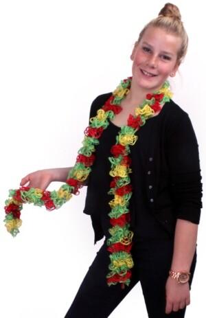 Sjaal met schelpjes rood/geel/groen 175 x 6 cm.