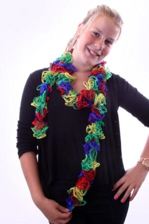Sjaal met schelpjes rood/blauw/geel/groen 175 x 6 cm.